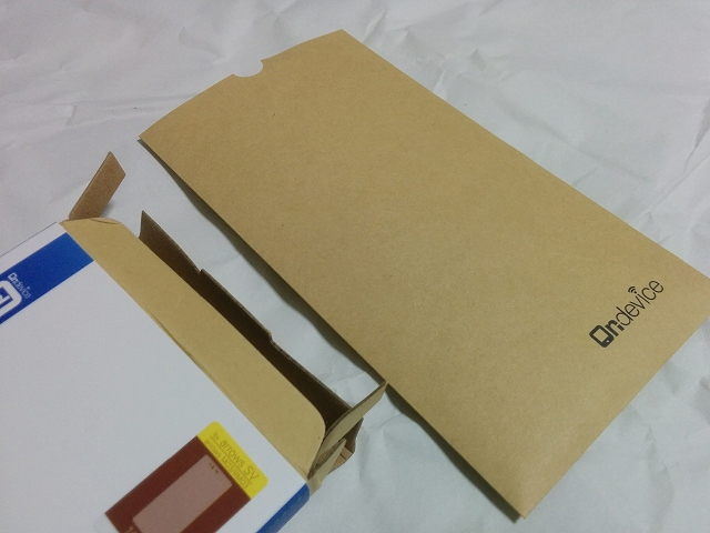 arrows M03用の液晶保護フィルム「on-device ガラスフィルム」 箱を開けると茶封筒が
